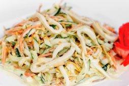 128 Салат из кальмара с золотистыми грибами